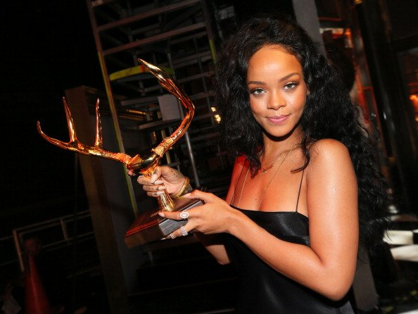 Rihanna_Guys_Choice_Awards_2014_004-1