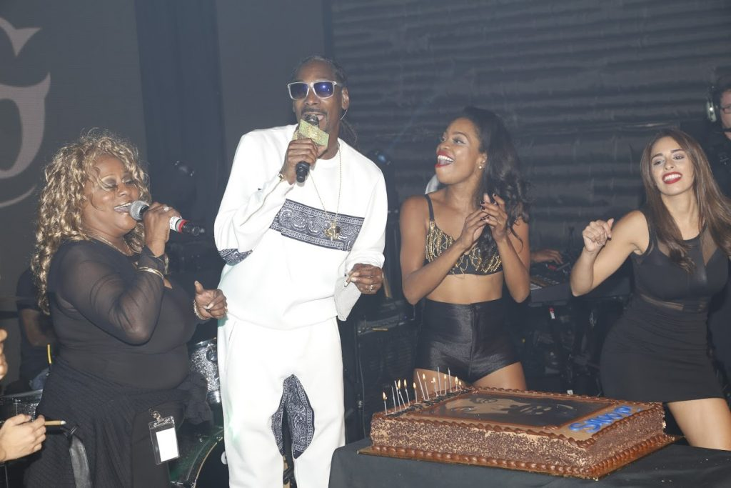 singervalyoung_snoopdogg_birthdaycakehosts